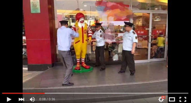 "Photos of Ronald McDonald statue being ""arrested"" by Chinese police go viral【Video】"