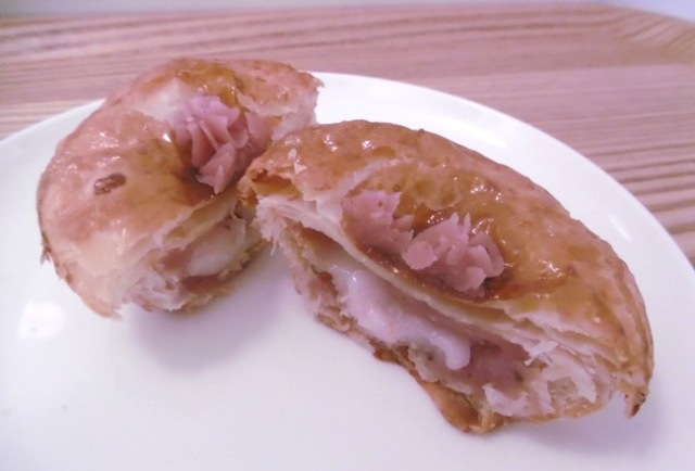 Traditional Japanese sakura mochi confection meets western pie at Tokyo pie eatery!【Taste Test】
