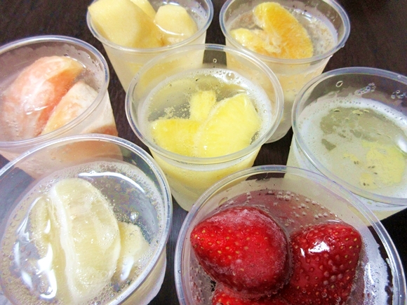 Frozen fruit used as ice cubes: Colorful, fun, and deliciously refreshing! 【Taste test】