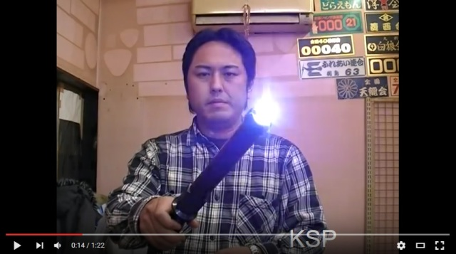 Japanese self-defense store CEO shows his dedication as he demos products on himself【Video】