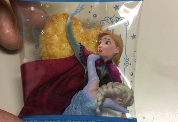 "Frozen senbei packaging ""looks like Anna hailing a cab for drunk Elsa"" 【Pic】"