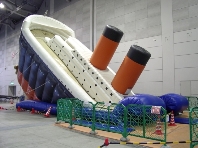 """Titanic Slide"" available for rent in Japan, ready to offend at your next birthday party 【Pics】"