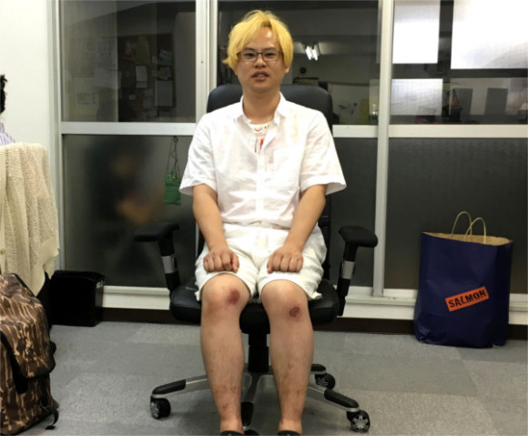 Let's learn how to properly sit in a chair in Japan from the pros