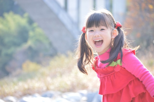 "Little Japanese girl learns the true value of saying ""thank you"" to a kind stranger"