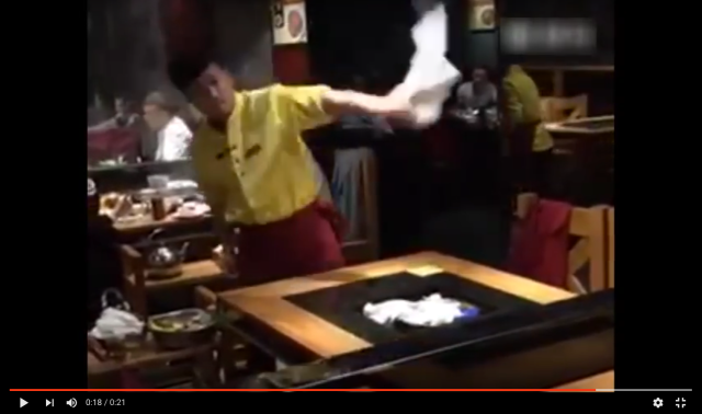Chinese waiter takes table to the cleaners with blazing fast and fancy skills 【Video】
