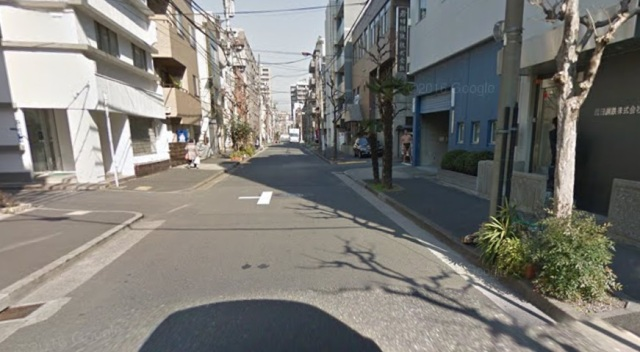 "Google Maps captures ""only in Japan"" moment as sumo wrestler sneaks a peek at Google car"