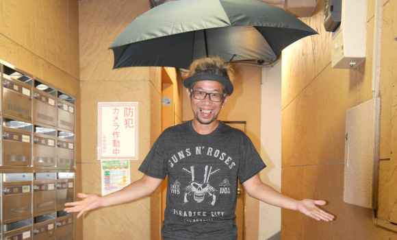 In a stroke of genius, Mr. Sato comes up with the best umbrella idea ever! Kind of…【Video】