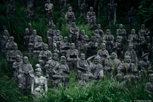 "Japanese photographer stumbles into ""forbidden forest,"" finds village of creepy statues【Pics】"