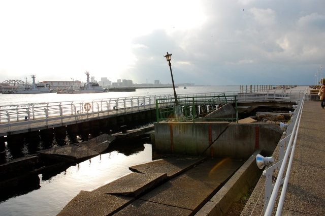 Four junior high school boys admit to pushing two people fishing off of a breakwater in Osaka