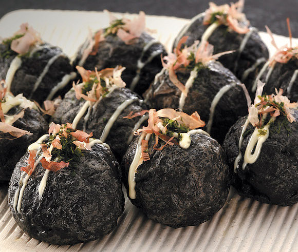 "Black ""Ninja Takoyaki"" is Japan's latest must-try cuisine from Osaka"