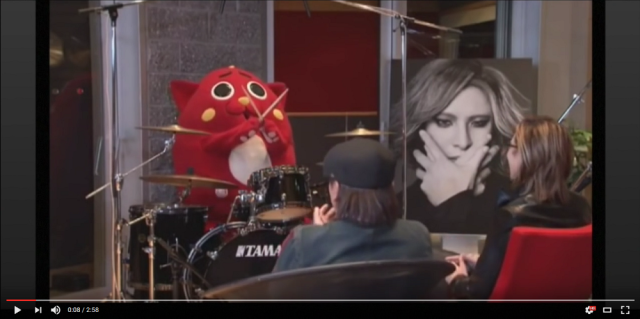 Aomori mascot shows no fear in front of legendary X Japan drummer Yoshiki【Video】