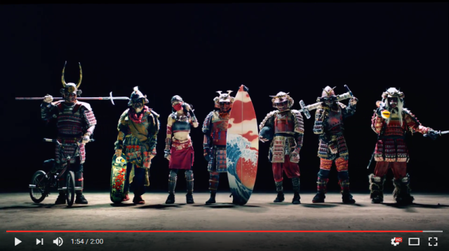 Samurai in full armor doing extreme sports has passersby, internet watching in awe【Video】