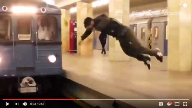 Man in Russian subway station pulls off the scariest (and stupidest?) jump imaginable【Video】
