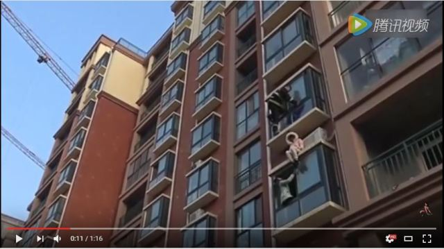 China's spider-fireman makes daring rescue on building ledge 【Video】