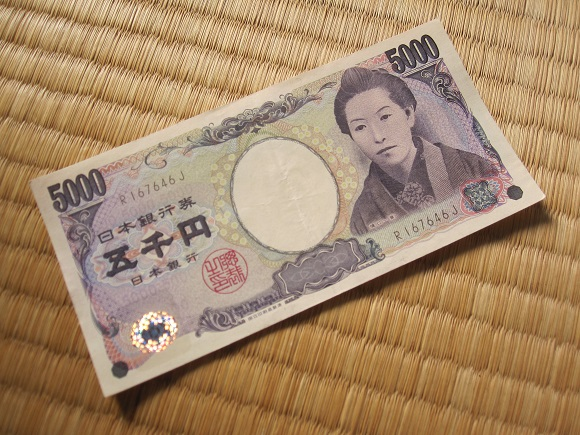 Applying beauty photo filter app to the woman on Japan's 5,000-yen bill has freaky results