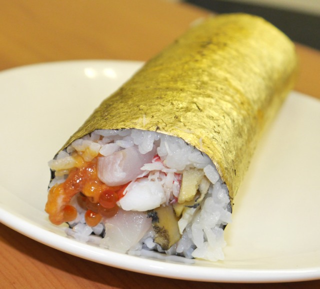 Behold a 10,000-yen sushi roll covered in gold! 【Taste Test】