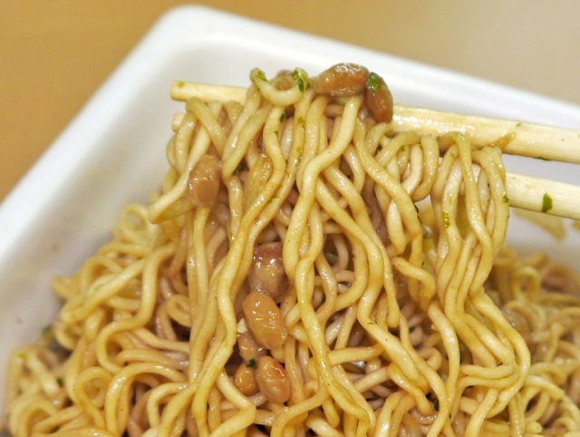 Instant noodle company combines yakisoba noodles with fermented natto bean topping