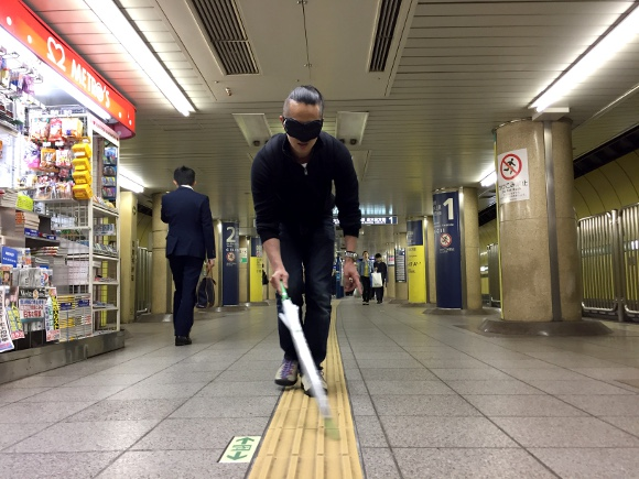 Smartphone remorse – Commuting with a blindfold to better understand blind pedestrians' plight