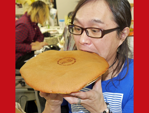 Awesome Tokyo dessert shop's giant dorayaki is big enough, but too heavy, to use as a Frisbee