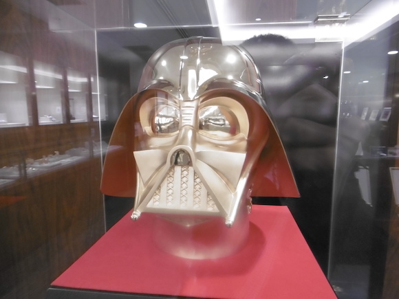 Life-size gold Darth Vader mask is simply dazzling… and also worth US$1.4 million! 【Pics】