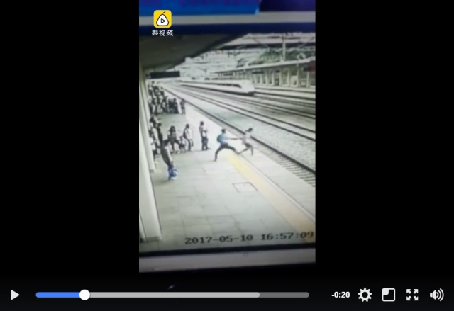 Quick action by station attendant stops attempted suicide just in the nick of time【Video】