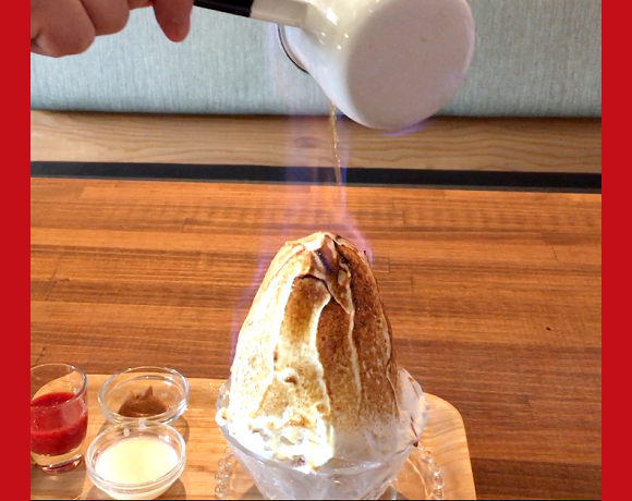 Japanese cafe tops its shaved ice with fire for an impossibly delicious treat【Video】