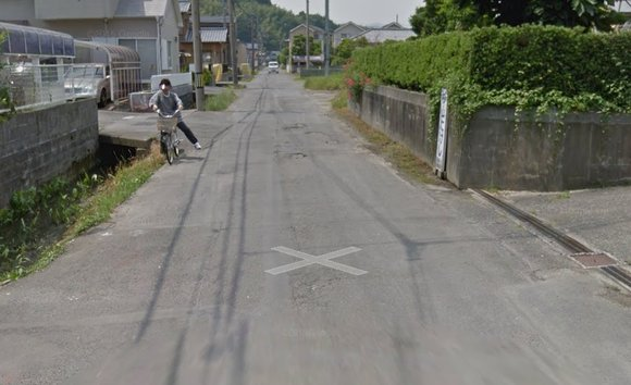 Google Street View captures hilarious before-and-after of person cycling into a ditch 【Photos】