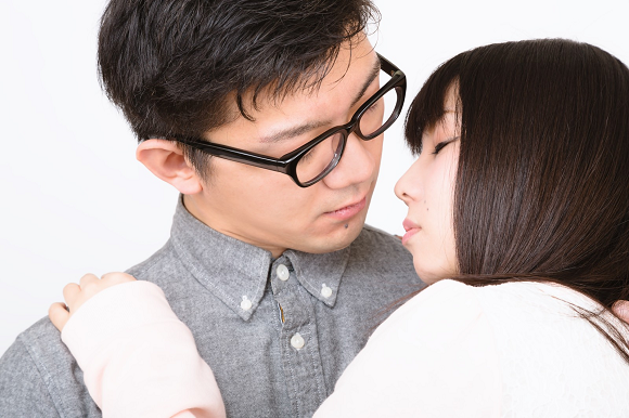 Japanese karaoke chain offers discounts for couples who kiss in front of the employees
