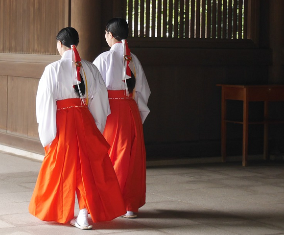 Feel what it's like to be a Shinto shrine maiden with shrine's experience package for foreigners