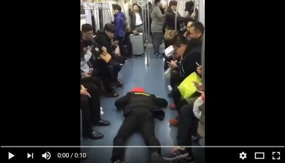Chinese guy discovers way to get a seat on a busy train – fake seizures【Video】