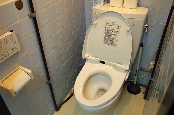Smartphone app finds empty restroom stalls in Tokyo subway station, makes pooing easier than ever