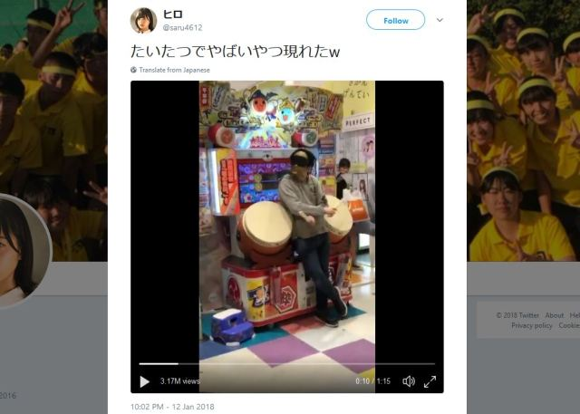 Japanese guy plays two-player Taiko No Tatsujin alone, blindfolded and backwards【Video】