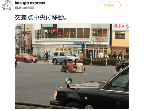 Japanese youths anger police by sitting at kotatsu table at busy Kyoto intersection【Video】