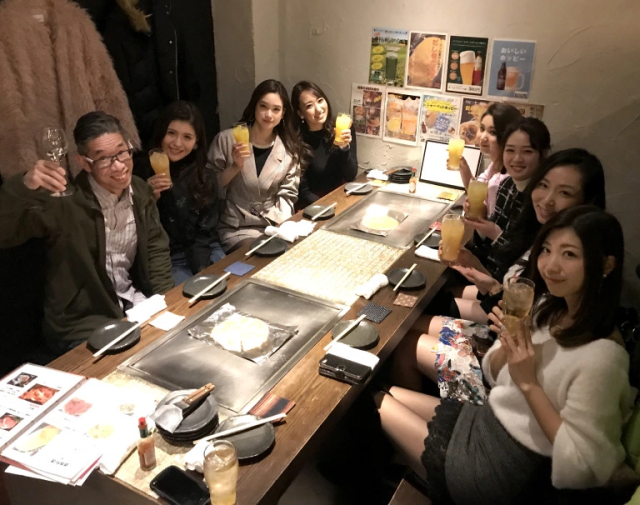 Mr. Sato gets invited out to dinner by seven beautiful models, struggles to speak intelligibly