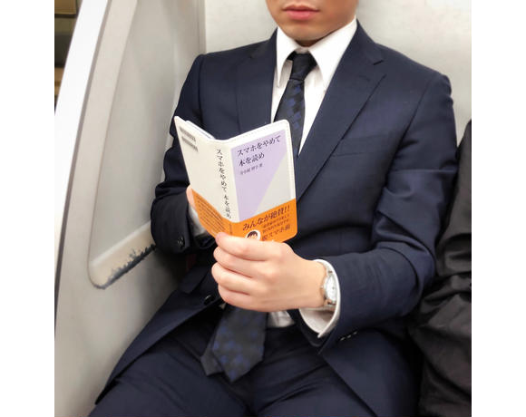 "Cover commanding Japan ""stop staring at smartphones and read a book"" doesn't really hate tech"
