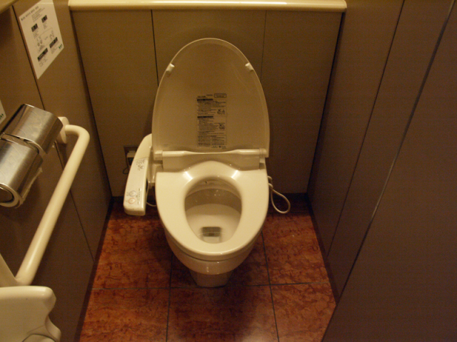 Sapporo supermarket's women's restroom becomes unusually popular with guys last Sunday night
