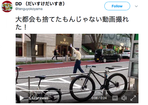 Cute ducklings cross busy Tokyo street with the help of a good samaritan 【Video】