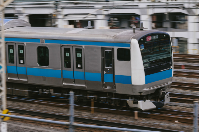 "Japanese train company issues official apology for ""inexcusable"" 25-second early departure"