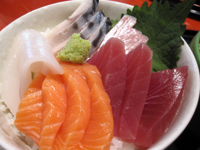 Japanese thief steals thousands of dollars of fish from Kobe market, cleans up after himself
