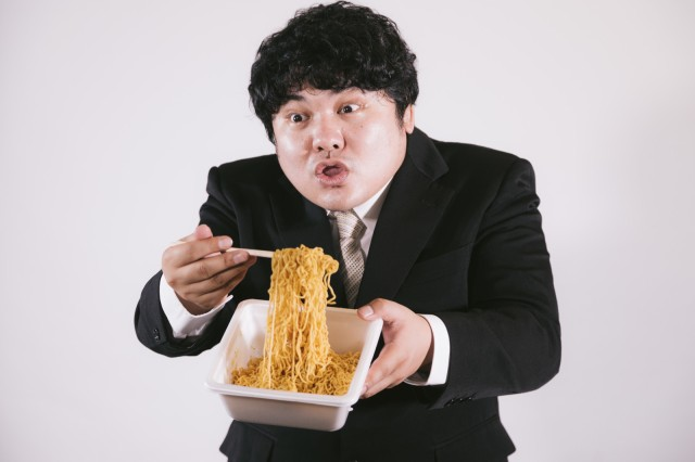 Regular cup noodle bowls not enough for you? Try this 2000+ calorie instant yakisoba instead!