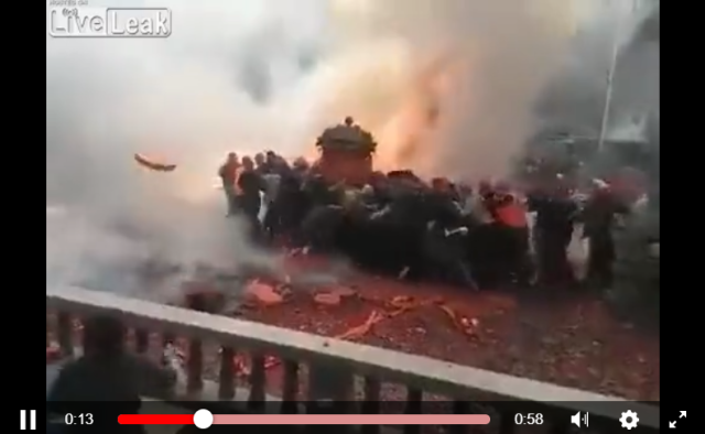 Couple in China get married under romantic rain of fire and brimstone【Video】