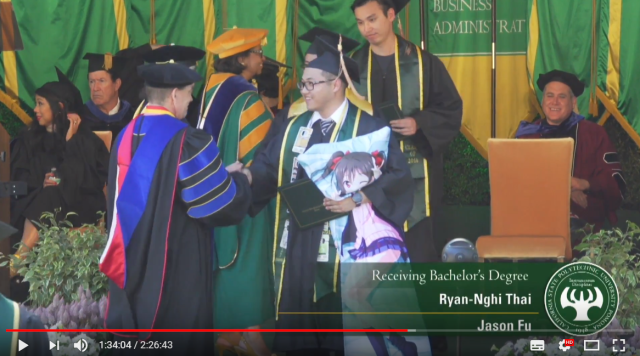 American otaku attends college graduation accompanied by his anime girl huggy pillow【Video】