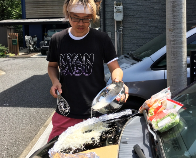 We cook a monjayaki Japanese pancake on the hood of a car during Japan's hottest summer ever【Vid】