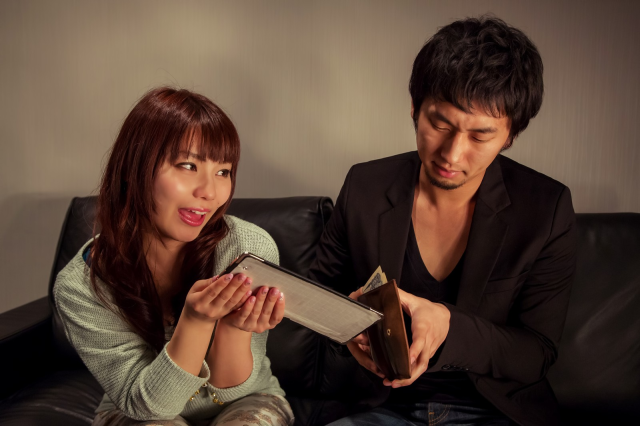 Japanese man sees his popularity with women skyrocket thanks to (mistaken) contents of his wallet
