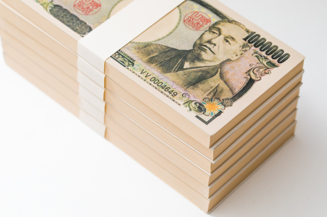 Mysterious Japanese woman gives one million yen in cash to man she's never met, then disappears