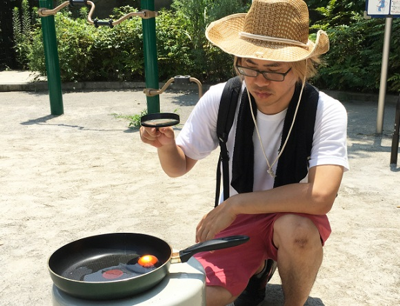 Solar Chef: We tried cooking an egg using the power of the sun and a magnifying glass