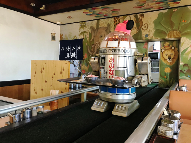 One of Japan's dullest-looking restaurants actually has an awesome robot waiter【Videos】