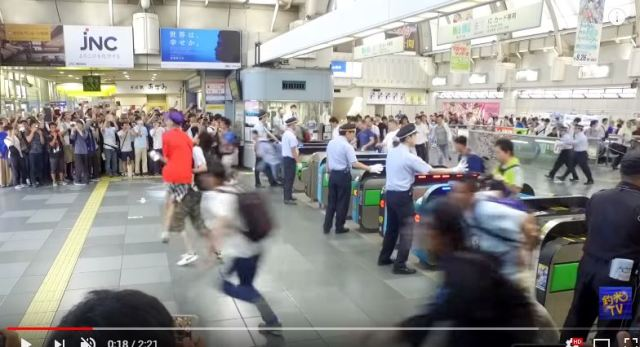 Biannual Comiket otaku migration attracts a predator for the first time 【Video】