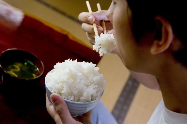 Is it OK to put other food on top of your white rice when eating in Japan?
