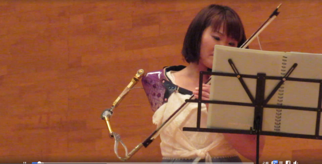 Japanese paralympic athlete plays emotive violin piece using her prosthetic arm as the bow【Video】